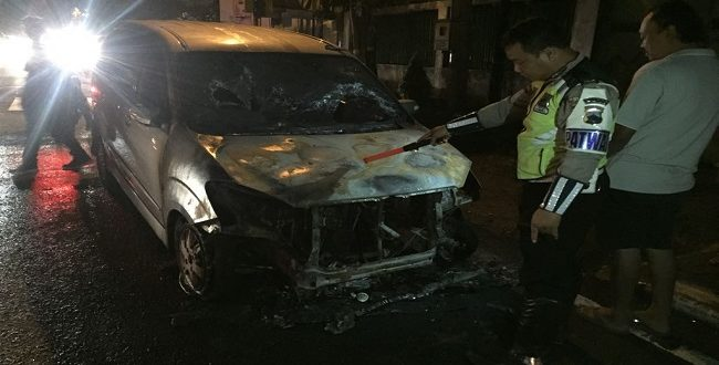 Mobil Xenia Warga Kendal Terbakar di Pati