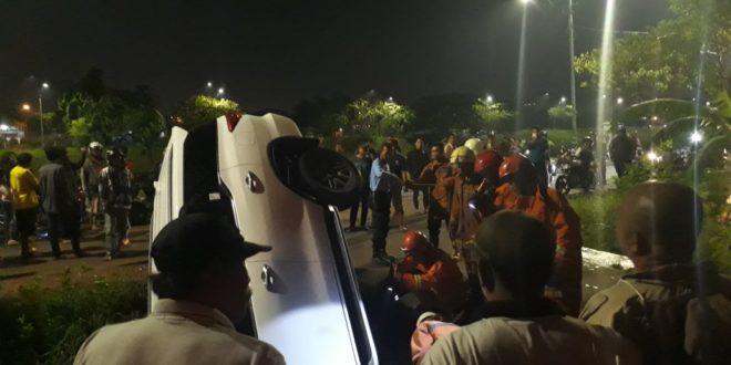 Mobil Toyota Fortuner Terjebur di Banjir Kanal Timur